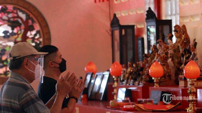 Umat sedang khusuk beribadah menjelang Tahun Baru Cina /Imlek di Vihara Dharma Bhakti Petak Sembilan, Glodok, Jakarta Barat, Rabu (10/2/2021). Vihara Dharma Bakti Petak Sembilan tidak menyelenggarakan ibadah pada malam Tahun Baru China 2572 pada 11 Februari 2021 mendatang, karena mencegah kerumunan dan situasi kota Jakarta yang masih dalam Pemberlakuan Pembatasan Kegiatan Masyarakat (PPKM). (WARTAKOTA/Henry Lopulalan)