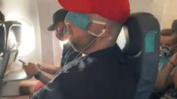 Kelakuan buruk penumpang tidak pakai masker dengan benar saat penerbangan, Selasa (30/6/2020). (Twitter/@DrMonikaSchmidt)