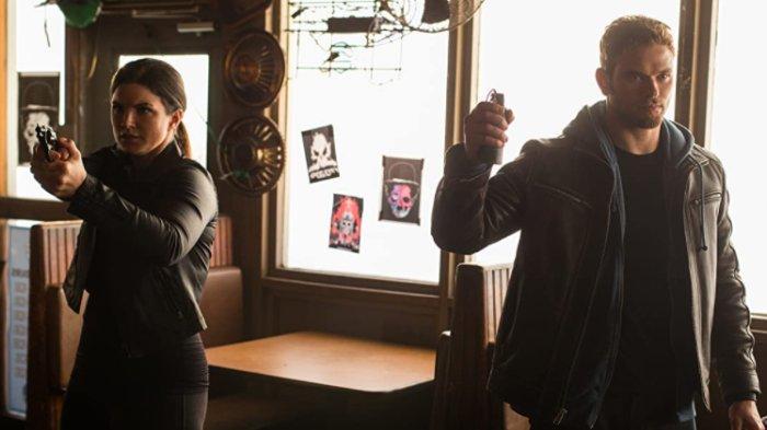 Kellan Lutz dan Gina Carano dalam film Extraction (2015)