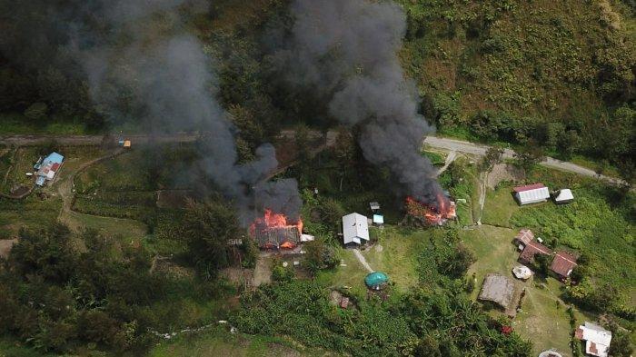 BREAKING NEWS: KKSB Bakar Rumah Kepala Sekolah dan Anggota DPRD Kabupaten Puncak Papua