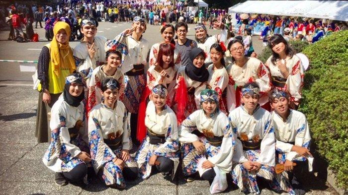 Kelompok yosakoi Hana-B dari Bandung meramaikan acara Super Yosakoi di Meiji Jingu Kaikan Tokyo, Sabtu (24/8/2019).