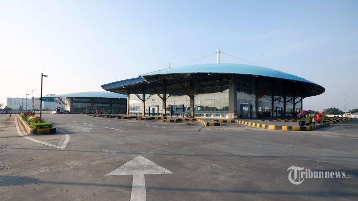 Terminal Pulo Gebang Masih Sepi Penumpang, Hanya Terlihat Petugas Berjaga