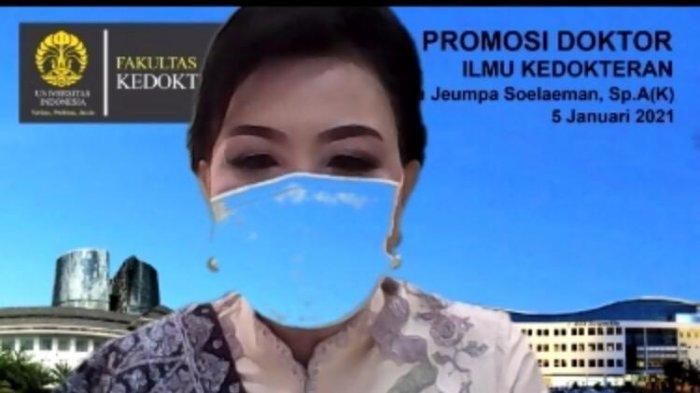 Eva Jeumpa Soelaeman saat ujian desertasu menjadi doktor pertama dari Fakultas Kedokteran Universitas Indonesia pada 2021 ini.