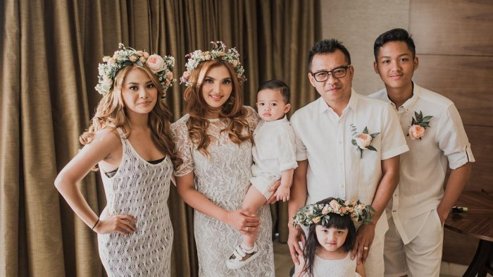 Keluarga Anang Hermansyah saat ulang janji pernikahan di Bali.