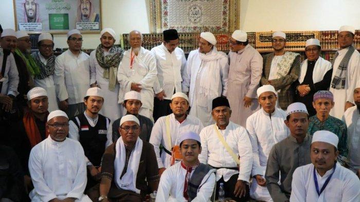 Keluarga Besar Almarhum KH Maemoen Zubair silaturahmi  ke kediaman Habib Rizieq Shihab di Mekkah.