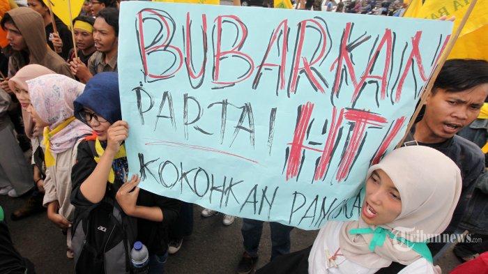 Massa yang tergabung dalam Keluarga Besar Nahdlatul Ulama Kota Bandung melakukan unjuk rasa terkait rencana kegiatan Hizbut Tahrir Indonesia (HTI) di Monumen Perjuangan Rakyat Jawa Barat pada 15 April 2017, di depan Gedung Sate, Jalan Diponegoro, Kota Bandung, Kamis (13/4/2017). Dalam aksinya, mereka menyerukan menolak seluruh kegiatan dan menuntut pembubaran HTI yang menyebarkan propaganda khilafah dengan maksud merubah Pancasila sebagai asas ideologi dan asas tunggal kehidupan bernegara.  (TRIBUN JABAR/GANI KURNIAWAN)