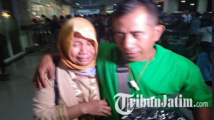 Keluarga korban penumpang KM Santika Nusantara menangis di ruang tunggu Pelabuhan Tanjung Perak, Jumat (23/8/2019). SURYA/WILLY ABRAHAM