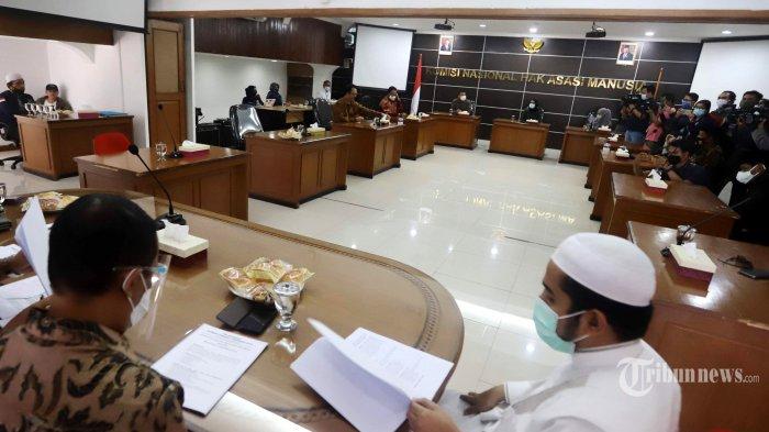 Keluarga dari enam laskar Front Pembela Islam (FPI) yang tewas didampingi pengacara mendatangi Komnas HAM, di Jakarta Pusat, Senin (21/12/2020). Kedatangan mereka untuk menyerahkan bukti yang dikumpulkan FPI atas kasus penembakan 6 laskar di Km 50 Tol Jakarta-Cikampek. Tribunnews/Herudin