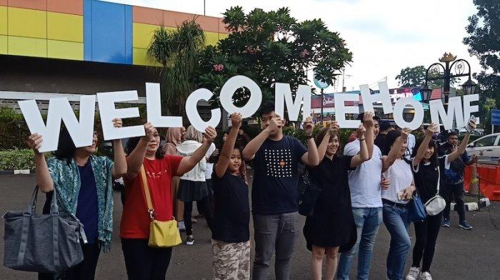 Keluarga Peserta Observasi Natuna Bentangkan Tulisan 'Welcome Home' di Bandara Halim