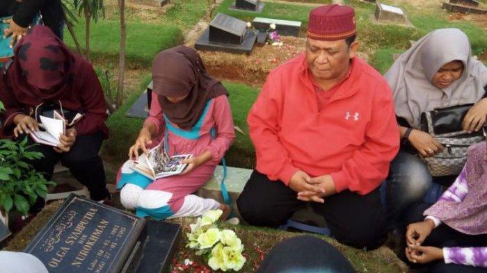 Keluarga dan penggemar berziarah ke makam mendiang presenter Olga Syahputra di TPU Malaka, Pondok Kelapa, Jakarta Timur, Minggu (14/5/2017).