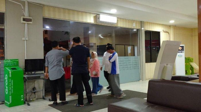 Keluarga pasangan suami istri bunuh diri di Komo Luar mendatangi Mapolresta Manado pada Sabtu (11/1/2020) malam.