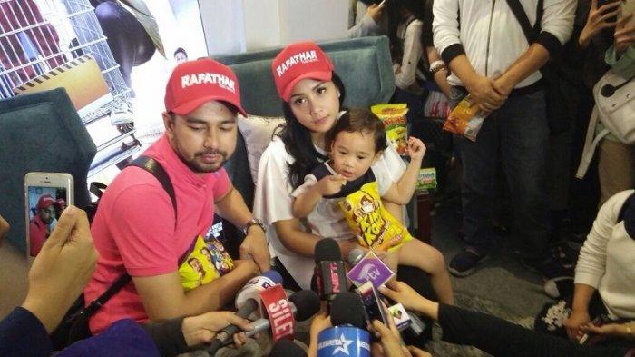 Presenter Raffi Ahmad dan keluarga saat menggelar jumpa fans film Rafathar setiba di Tanah Air dari liburan di Eropa, Minggu (9/7/2017).