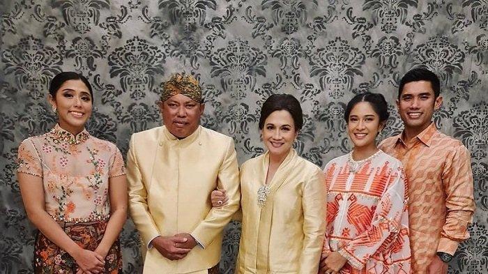 Aktris Dian Sastrowardoyo bungkam setelah prosesi pemakaman sang mertua, Adiguna Sutowo.