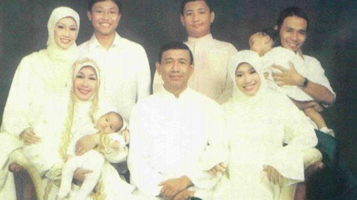 Mengenal Wiranto membina rumah tangga dengan Rugaiya Usman. Sosoknya jadi panutan putra-putrinya. Rumah bagi Wiranto menjadi tempat perlindungannya
