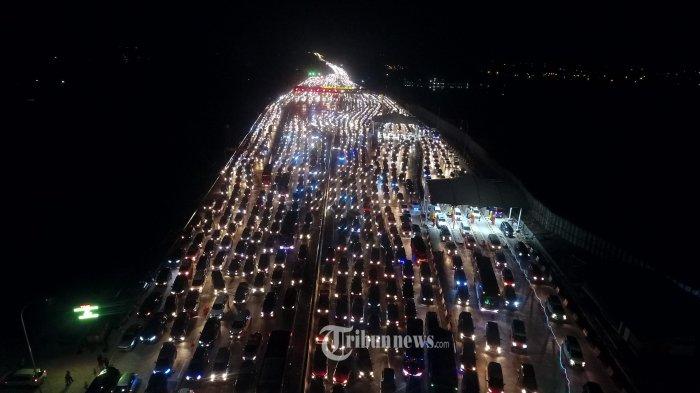 Kendaraan melintasi searah ke Jakarta di Gerbang Tol Cikampek Utama I, Jawa Barat, Minggu (9/6/2019) malam. Korlantas Polri terus memberlakukan sistem satu arah atau