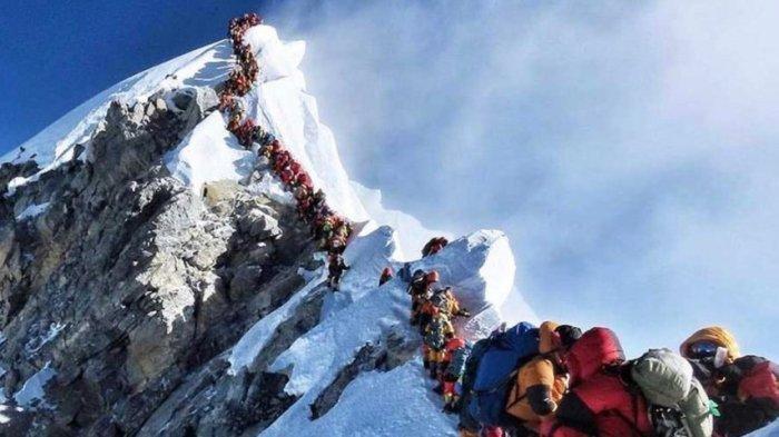 'Kemacetan' di Gunung Everest. Ilustrasi Gunung Everest. China dan Nepal mengumumkan revisi ketinggian untuk Gunung Everest, ketinggian resmi yang baru adalah 8.848,86 meter.