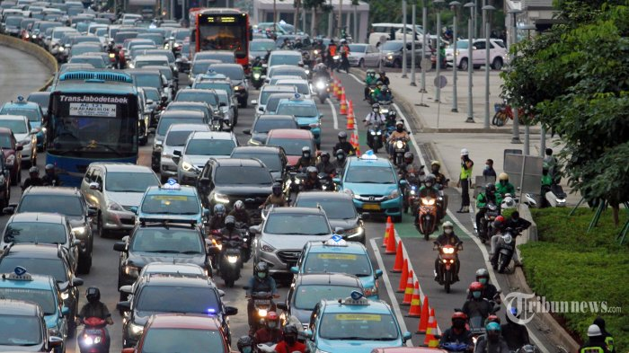 Suasan kemacetan lalulintas jam bubaran perkantoran di Jalan Sudirman, Jakarta Selatan, Jumat (26/3/2021). Pada jam sibuk ini jalur sepeda tak berfungsi. Banyak motor yang menerobos jalur yang sudah diberi pembatas bahkan dijaga petugas Dishub. (Warta Kota/Henry Lopulalan)