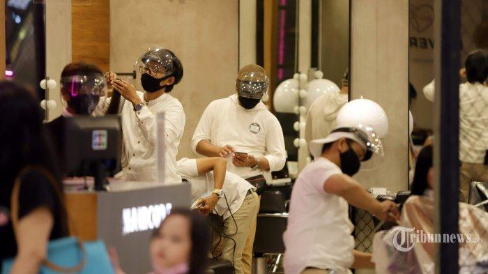 Suasana salon yang mulai beroperasi kembali di Mal Kota Kasablanka yang menerapkan protokol kesehatan, di Jakarta Selatan, Selasa (16/6/2020). Mal Kota Kasablanka mulai menerapkan protokol kesehatan guna menuju ke era kenormalan baru (new normal) dan memutus rantai penyebaran virus corona (Covid-19). Tribunnews/Herudin