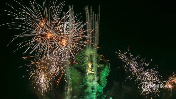 Suasana pesta kembang api saat malam pergantian tahun di Garuda Wisnu Kencana Cultural Park, Ungasan, Badung, Rabu (1/1/2020). Perayaan kembang api di GWK menyalakan 20 ribu kembang api dalam memeriahkan pesta pergantian tahun. Tribun Bali/Rizal Fanany