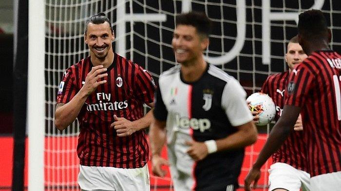 Pemain depan AC Milan asal Swedia Zlatan Ibrahimovic (kiri) bereaksi di samping pemain depan Juventus asal Portugal Cristiano Ronaldo (tengah) setelah mencetak penalti saat pertandingan sepak bola Serie A Italia AC Milan vs Juventus bermain secara tertutup pada 7 Juli 2020 di stadion San Siro di Milan, ketika negara itu mempermudah pengunciannya yang bertujuan untuk menghentikan penyebaran infeksi COVID-19, yang disebabkan oleh virus corona baru. Miguel MEDINA / AFP