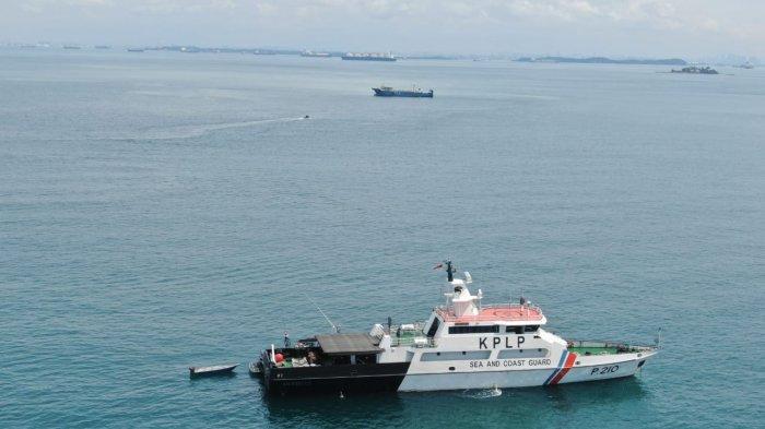 Kapal Patroli KPLP KN. Rantos Evakuasi Kapal Tiongkok yang Kandas di Perairan Takong