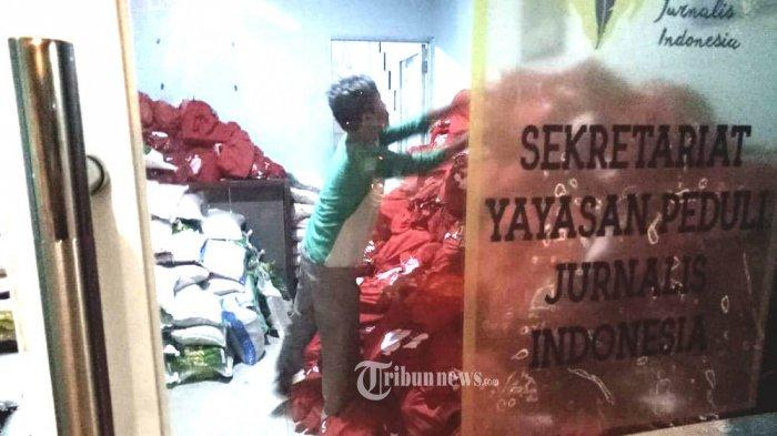 Melalui Yayasan Peduli Jurnalis Kemensos Salurkan Paket Sembako Untuk Jurnalis Terdampak Covid-19.