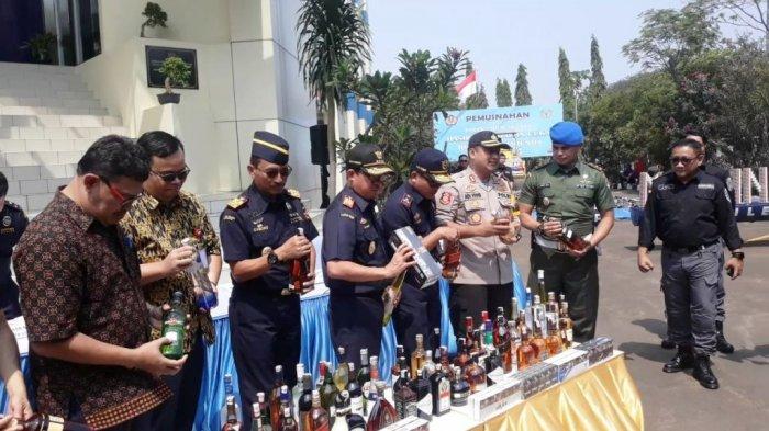 Bea Cukai Musnahkan 2.245 Botol Miras dan 2,2 Juta Batang Rokok Ilegal