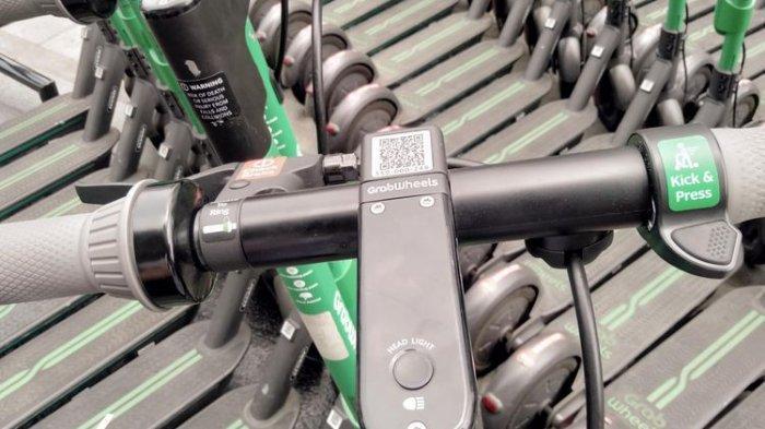 Kemudi kendaraan skuter listrik GrabWheels, sebuah kendaraan mobilitas jarak dekat yang ramah lingkungan. GrabWheels bisa digunakan dengan memindai QR Code di kemudi kendaraan melalui opsi e-scooter di aplikasi Grab.