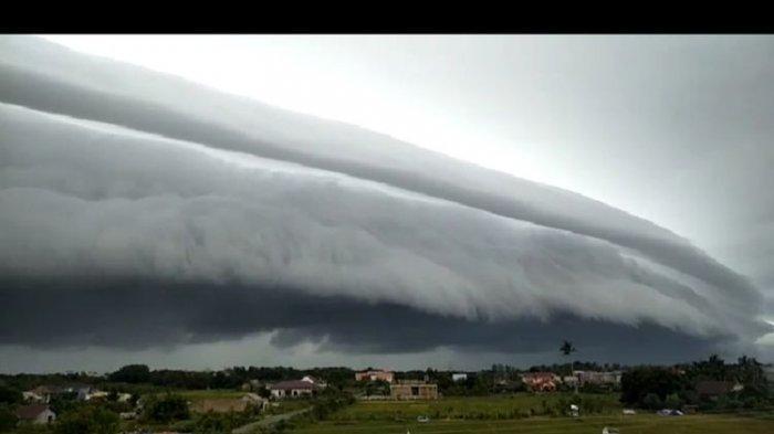 Kemunculan awan menggulung bak gelombang laut tsunami di langit Meulaboh, Senin (10/8/2020) mengejutkan warga Meulaboh, Kabupaten Aceh Barat.
