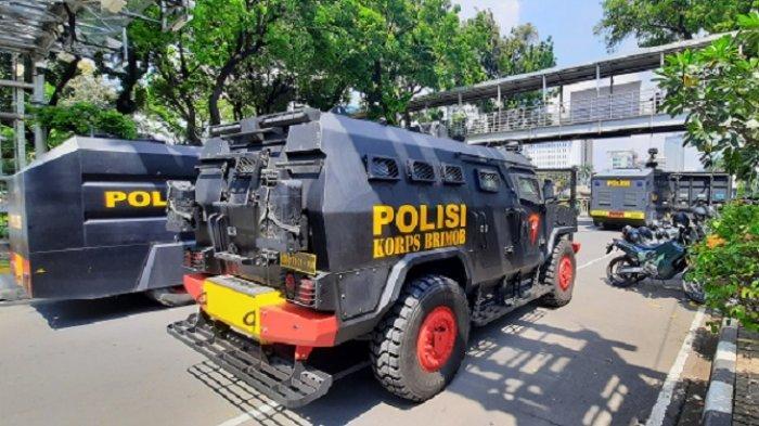 Kendaraan taktis kepolisian disiapkan guna amankan aksi massa May Day di Patung Kuda, Jakarta, Sabtu (1/5/2021).