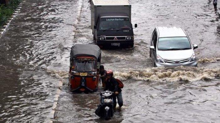 Sejumlah kendaraan melintasi banjir yang menggenangi Jalan Gunung Sahari Raya, Pademangan, Jakarta Utara.