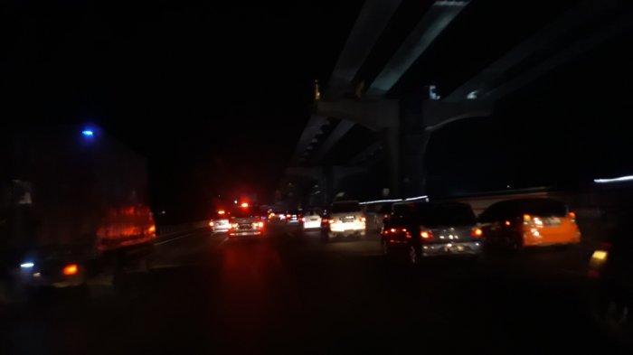 Jelang Tengah Malam, Kepadatan Arus Lalu Lintas Terjadi Di Ruas Tol Cikampek
