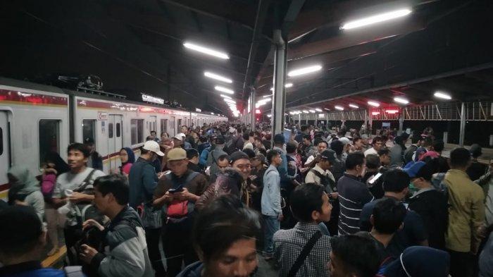 KRL Commuter Line Tujuan Bogor Keluarkan Asap di Stasiun Depok, Penumpang Dievakuasi