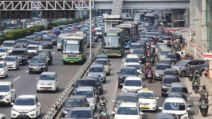 Kepadatan arus kendaraan saat melintas di Tol Dalam Kota, Pancoran, Jakarta Selatan, Jumat (31/5/2019). Kepadatan tersebut diperkirakan karena adanya peningkatan arus mudik kendaraan dari Jakarta menuju Cikampek, Jawa Barat. Tribunnews/Jeprima