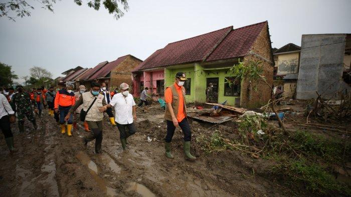 Tinjau Banjir di Deli Serdang, Doni Monardo Soroti Protokol Kesehatan di Pengungsian