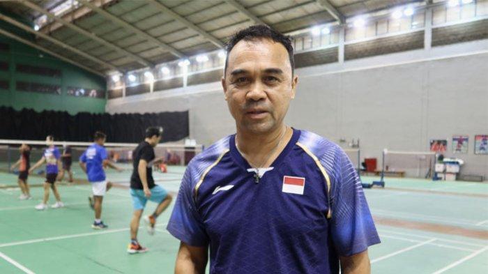Kepala Bidang Pembinaan dan Prestasi (Kabid Binpres) PP PBSI, Rionny Mainaky saat melihat pemainnya berlatih di Lapangan Pelatnas PBSI, Cipayung, Jakarta, Timur, Selasa (20/4/2021).