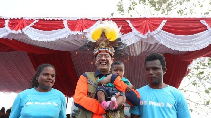 Kepala BNPB Doni Monardo menggendong bocah bernama sama yaitu Doni Monardo Ibo dan dua orang tuanya warga Sentani, Jayapura 6 bulan setelah bencana banjir bandang di Sentani