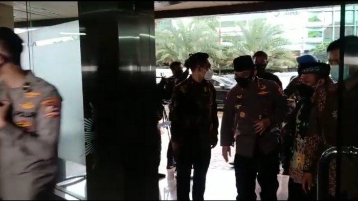 Kenakan Peci dan Bermasker, Kapolri Listyo Sigit Sambangi Kantor PP Muhammadiyah