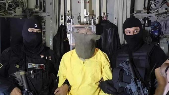 Pasukan keamanan Irak mengawal kepala keuangan ISIS dan mantan wakil pemimpin Sami Jasim al-Jaburi, setelah penangkapannya di negara ketiga yang tidak disebutkan.