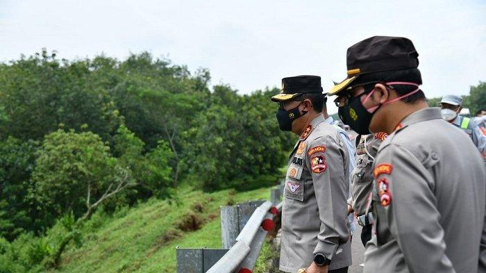 Kepala Korps Lalu Lintas Polri, Irjen Pol Istiono saat meninjau jalan amblas di KM 122 Tol Cipali, Selasa (9/2/2021) (istimewa)