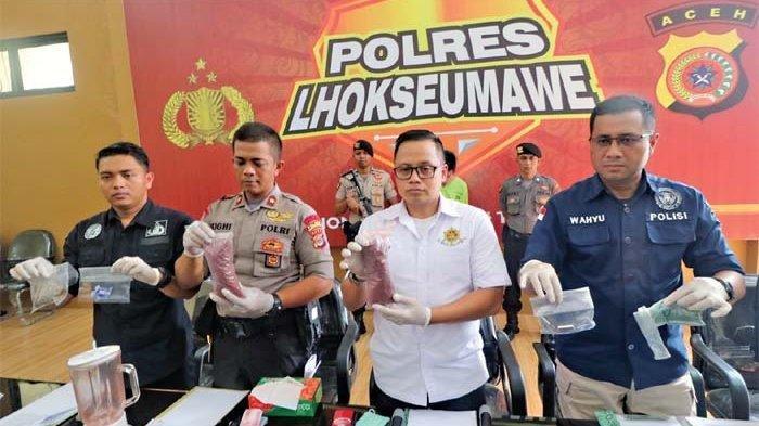 KEPALA Labfor Polri Cabang Medan, Kombes Pol Wahyu Marsudi (kanan), Dirsatnarkoba Polda Aceh, Kombes Pol Muh Anwar, Wakapolres Lhokseumawe Kompol Mughy Prasetyo, dan Kasat Resnarkoba Polres Lhokseumawe Iptu Zeska memperlihatkan barang bukti yang ditemukan dari lokasi pembuatan pil yang diduga ekstasi, Kamis (18/7/2019). SERAMBI/SAIFUL BAHRI