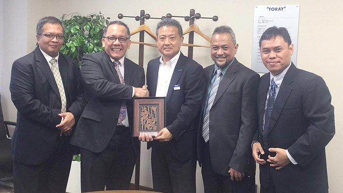 Kepala Lembaga Ilmu Pengetahuan Indonesia (LIPI), Dr Laksana Tri Handoko M.Sc (kedua dari kiri) bersalaman dengan Dr. Tsunekawa sebagai pimpinan fasilitas riset Toray.