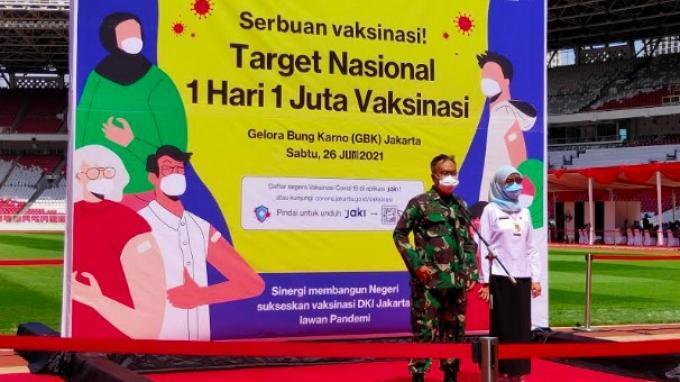 Kepala Rumah Sakit Tingkat II Moh Ridwan Meuraksa, Kolonel Ckm Puji Hartono dan Kepala Dinas Kesehatan DKI Jakarta di Stadion Utama Gelora Bung Karno (GBK), Jakarta, Sabtu (26/6/2021).