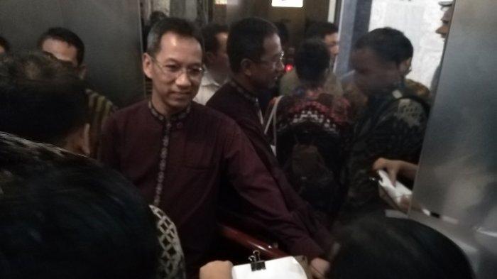 Ketika Wajah Kepala Sekretariat Presiden Dilukis Dalam Lift oleh Temanku Lima Benua