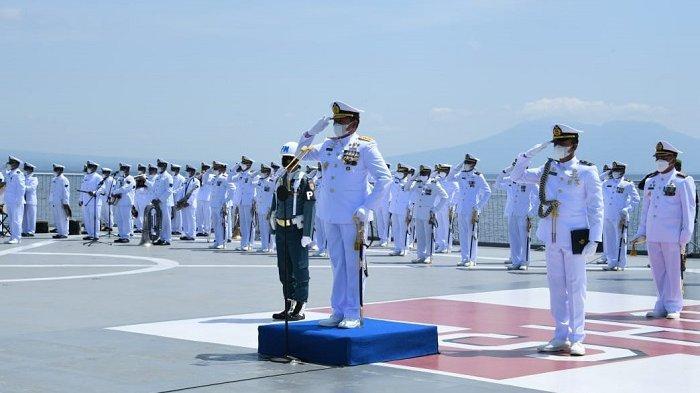 Kepala Staf Angkatan Laut (KSAL) Laksamana TNI Yudo Margono memimpin Upacara Tabur Bunga bersama keluarga awak KRI Nanggala-402 di geladak KRI dr Soeharso (SHS)-990 yang berlayar di perairan Selat Bali pada Jumat (30/4/2021).