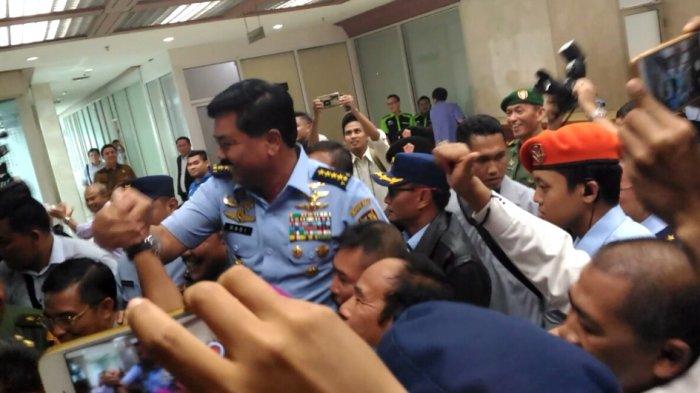 Hadi Tjahjanto Langsung Diarak dan Dipanggil Sebagai Panglima TNI