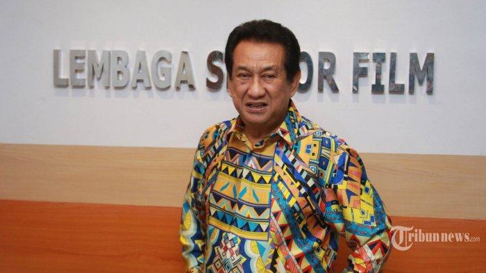 Anwar Fuady, saat memberikan klarifikasi soal pengangkatan dirinya sebagai Ketua LSF yang baru kepada para wartawan, di Kantor Lembaga Sensor Film, Jalan MT Haryono, Jakarta, Kamis (12/3/2015). Kepemimpinan Anwar lahir setelah adanya mosi tidak percaya yaitu pernyataan sikap anggota LSF tanggal 18 Desember sebanyak 25 anggota dari 40 anggota LSF untuk menuntut pergantian kepemimpinan. Anwar juga menjelaskan soal situasi LSF saat ini yang memiliki banyak masalah internal, khususnya menyangkut mosi tidak percaya dari Anggota LSF. WARTA KOTA/NUR ICHSAN