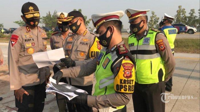 Petugas kepolisian saat mengevakuasi kendaraan Isuzu Elf yang terlibat kencelakaan di KM 184 Tol Cipali, Desa Ciwaringin, Kecamatan Ciwaringin, Kabupaten Cirebon, Senin (10/8/2020) dinihari. (ISTIMEWA/TRIBUN JABAR/AHMAD IMAM BAEHAQI)