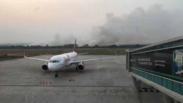 Kepulan asap di belakang pesawat Lion Air di Bandara APT Pranoto