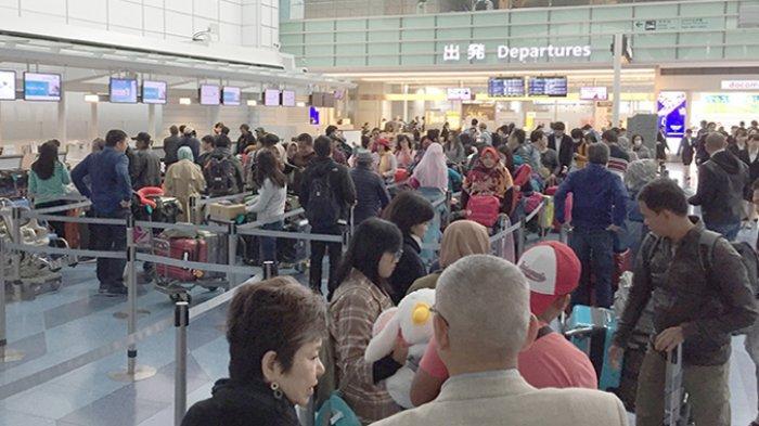 Keramaian turis di Bandara Haneda Tokyo saat memasuki Golden Week akhir April 2019.